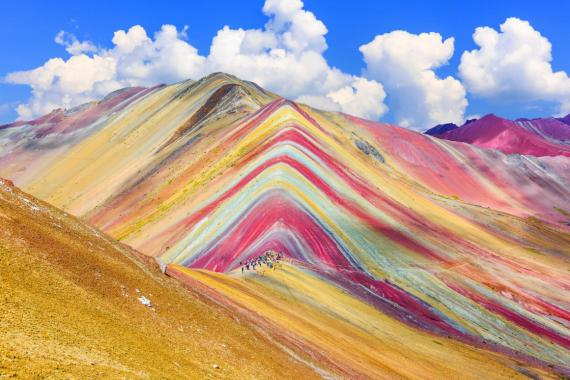 La colorida Montaña Arcoíris está ubicada en Cuzco en Perú.