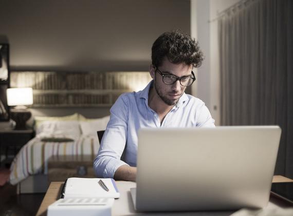 Escritorio freelance en habitación