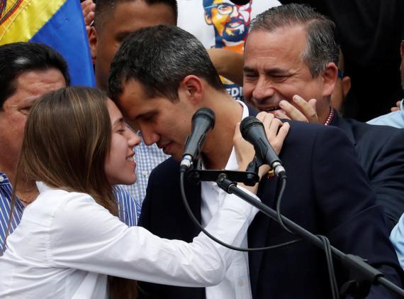 Juan Guaidó se abraza con su esposa Fabiana Rosales durante un mitín en Caracas tras su regreso a Venezuela este 4 de marzo.