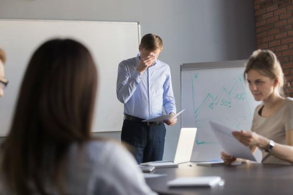 Un hombre sudando durante una presentación.
