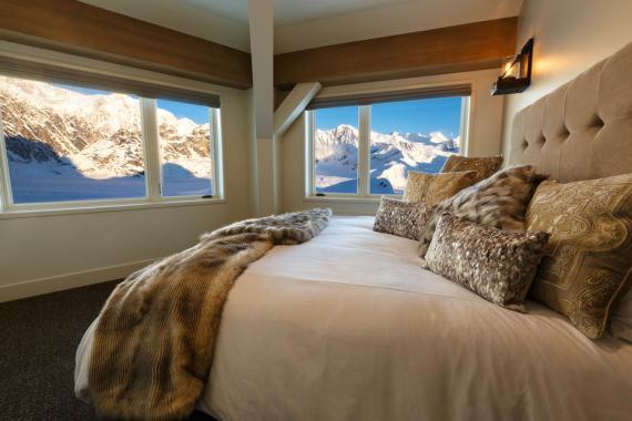 Verás muchas montañas cubiertas de nieve en Sheldon Chalet en Talkeetna, Alaska.