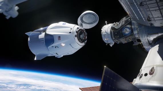 Una ilustración de la nave de SpaceX Crew Dragon, en su fase de acoplamiento a la Estación Espacial Internacional.
