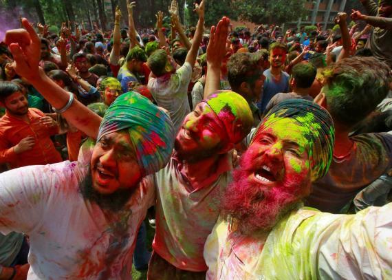 Varios estudiantes celebran el festival Holi en el campus universitario de Chandigarh en India.