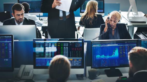Un grupo de traders trabajan en una gestora de fondos