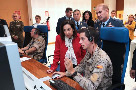 La ministra de Defensa, Margarita Robles, visita la Base Aérea de Gando, en la isla de Gran Canaria, en una fotografía de archivo.