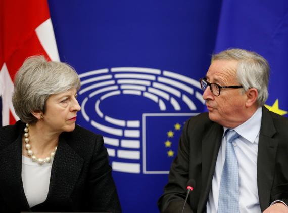 Theresa May, primera ministra de Reino Unido, y Jean-Claude Juncker, presidente de la Comisión Europea, durante una conferencia de prensa conjunta en Estrasburgo.