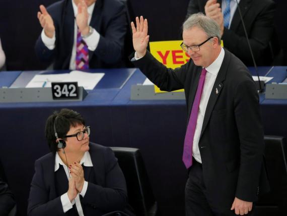 Axel Voss (derecha), parlamentario europeo, celebrando la aprobación de la Ley de Copyright.