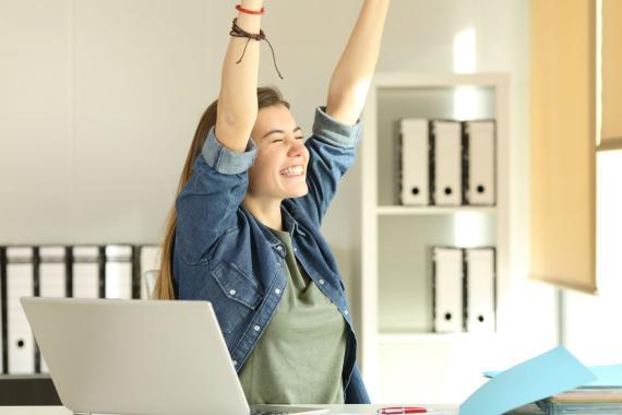 Una mujer es feliz en el trabajo