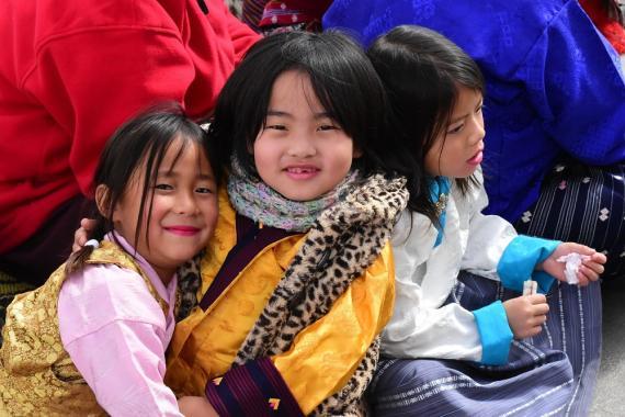 Niños jugando en Bután