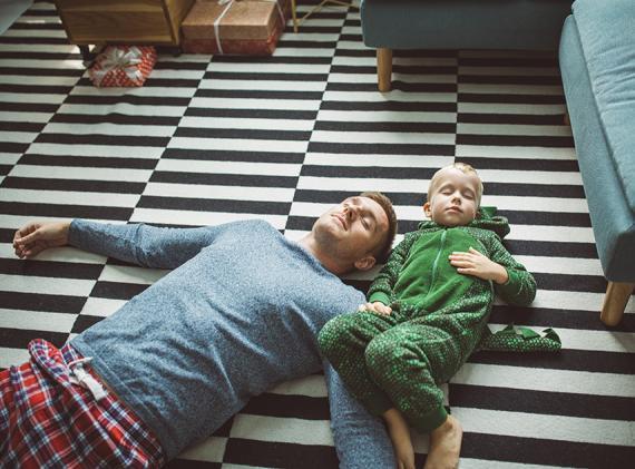 Padre e hijos dormidos en el suelo