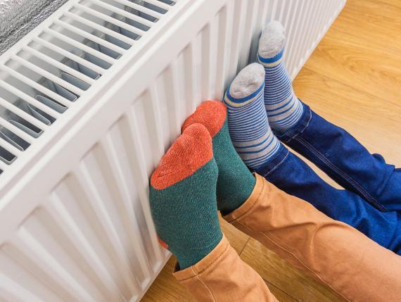 Pies en el radiador
