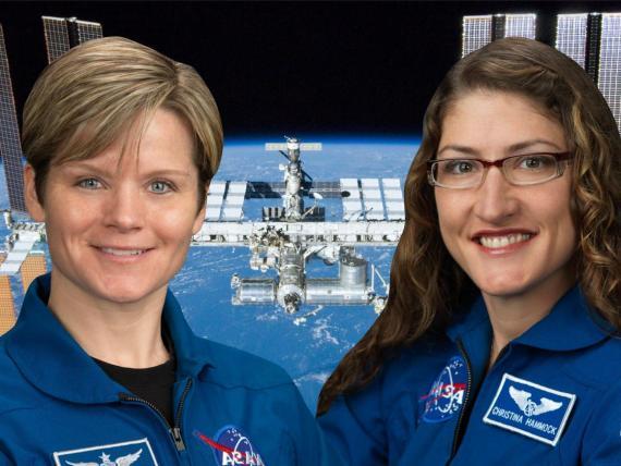 Las astronautas de la NASA Anne McClain (izquierda) y Christina Hammock Kock (derecha) estaban destinadas a realizar el primer paseo espacial compuesto exclusivamente por mujeres.