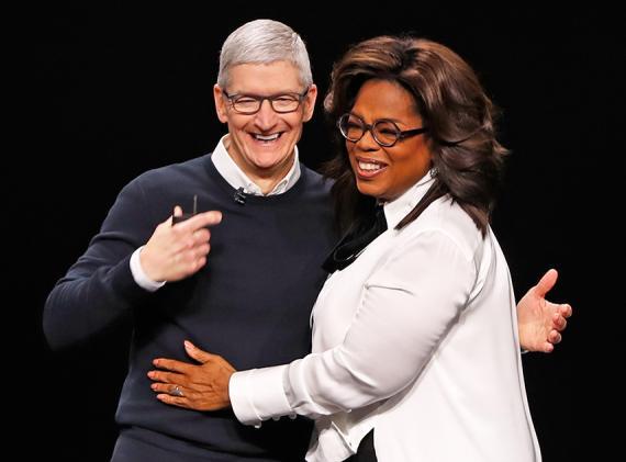 Tim Cook y Oprah Winfrey durante la keynote de Apple celebrada en Cupertino (California, Estados Unidos) este 25 de marzo de 2019.