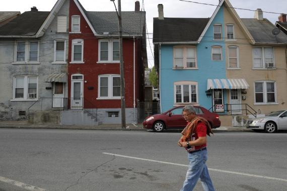 Un hombre pasea ante dos casas en venta en Pennsyvania (EE.UU.)