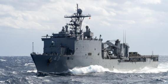 Barco estadounidense se prepara para una reposición en curso en el mar en enero de 2015