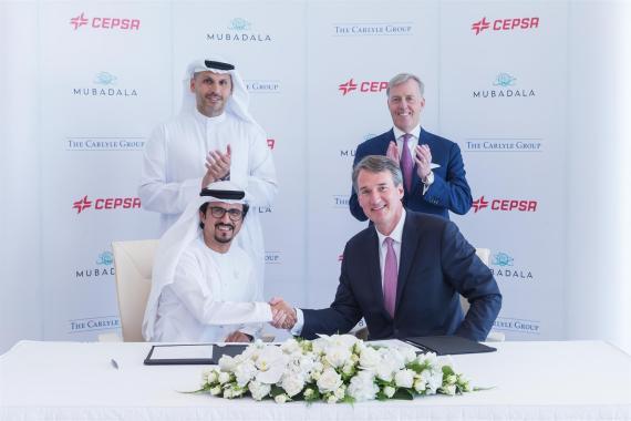 Musabbeh Al Kaabi, consejero delegado de Mubadala, sella el acuerdo con Marcel Van Poecke, director de Carlyle International Energy Partners.