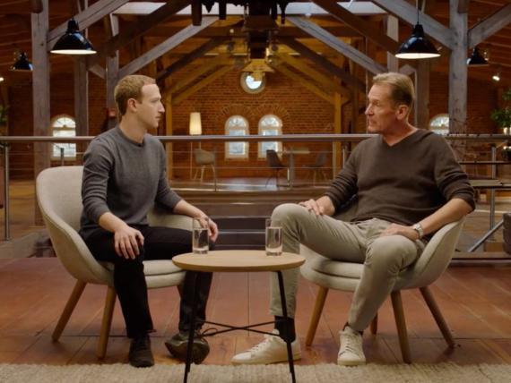 El CEO de Facebook, Mark Zuckerberg (izq.) y el CEO de Axel Springer, Mathias Döpfner.