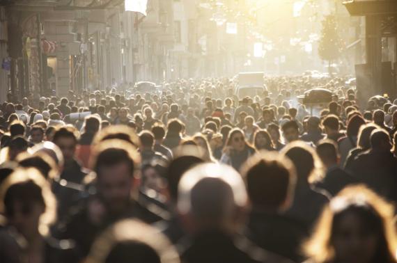 Ciudadanos por las calles de una ciudad
