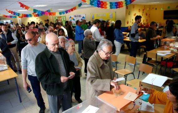 Votantes en un colegio electoral de Madrid, el 28 de abril de 2019.