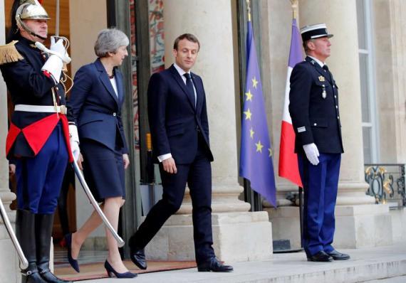 La primera ministra británica, Theresa May, abandona el Palacio del Elíseo en París tras un reunión con el presidente francés,  Emmanuel Macron, para discutir la prórroga del Brexit.