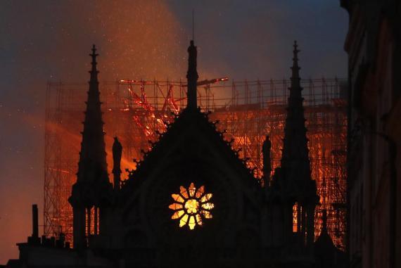Llamas y humo saliendo de la catedral de Notre Dame en París el lunes.