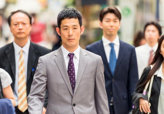 Un grupo de trabajadores japoneses camina por la calle