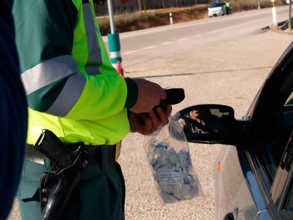 Un Guardia Civil en un control de alcoholemia