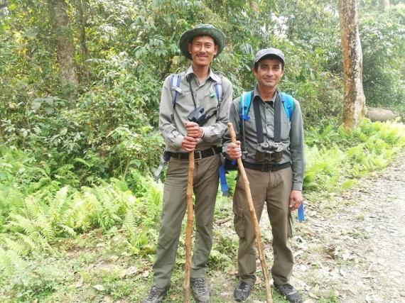 Dos de los tres guías que nos acompañaron a nuestro safari a pie en Chitwan.