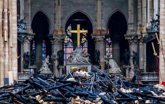 Interior de la Catedral de Notre Dame después del devastador incendio que ha arrasado parte del histórico monumento.
