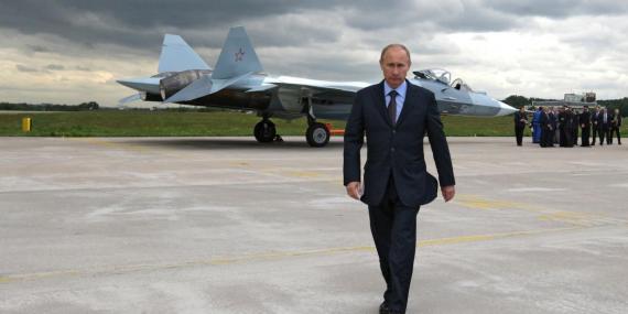 Vladimir Putin, junto a un caza de combate.