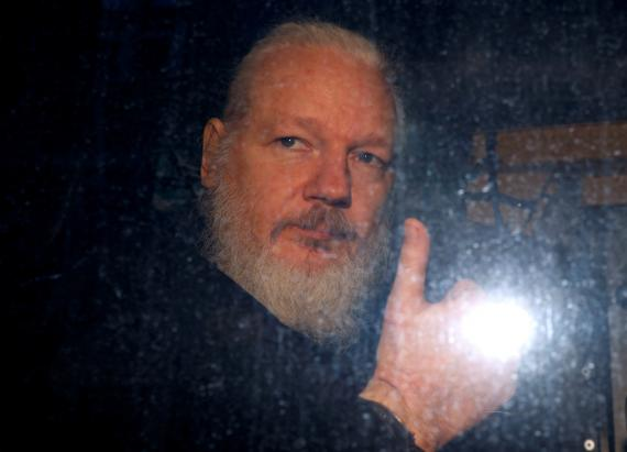 Julian Assange, fotografiado dentro de un vehículo policial después de su detención en Londres.