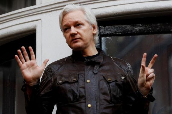 El fundador de WikiLeaks, Julian Assange, se ve en el balcón de la Embajada de Ecuador en Londres, Gran Bretaña, 19 de mayo de 2017.