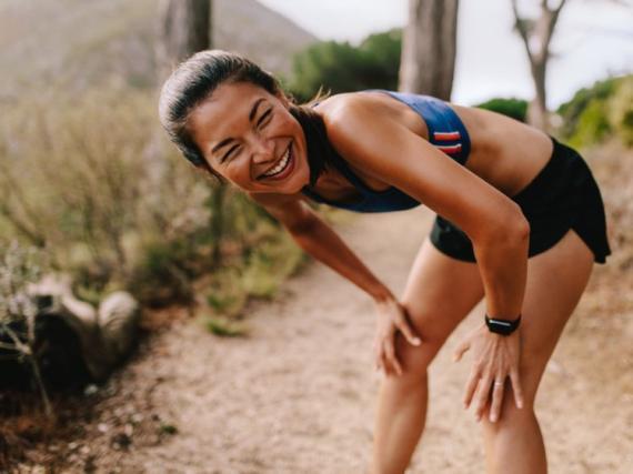 Una mujer feliz mientras hace ejercicio.