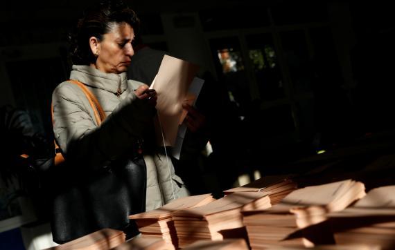 Una mujer vota en las elecciones generales de 2019.