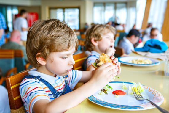 niño comedor escolar comiendo
