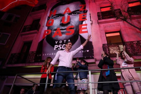 Pedro Sánchez celebra el resultado electoral en la sede de Ferraz