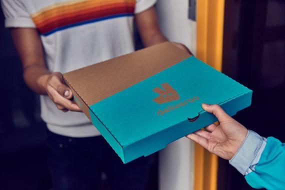 Un repartidor de Deliveroo entrega un pedido