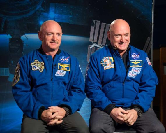 Scott y Mark Kelly, los gemelos que han servido como sujetos de estudio en la investigación sobre qué efecto tiene sobre el cuerpo humano vivir en el espacio.