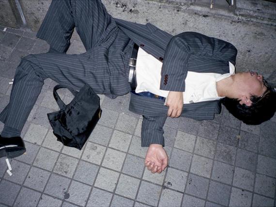 Los hombres fotografiados en esta serie de fotos están durmiendo.