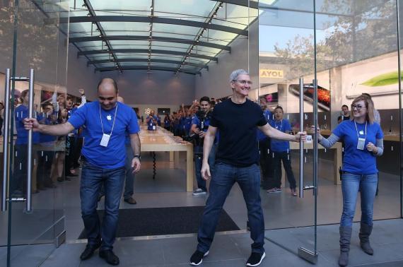 El CEO de Apple, Tim Cook, abriendo las puertas de una Apple Store.