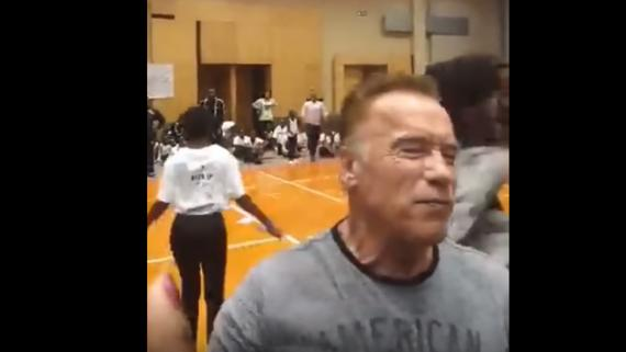 Arnold Schwarzenegger recibe una patada voladora en Sudáfrica