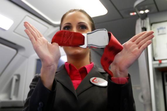 Una azafata indica las instrucciones de seguridad de vuelo en un avión de Laudamotion en Dusseldorf, Alemania.