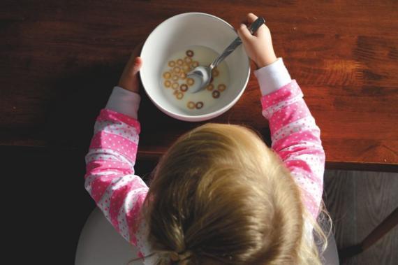 Cereales, niño desayunando