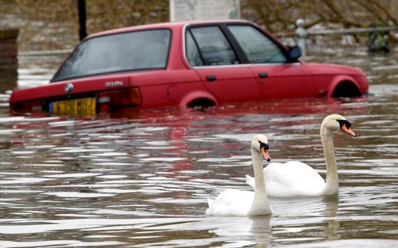 Coche inundado por el agua