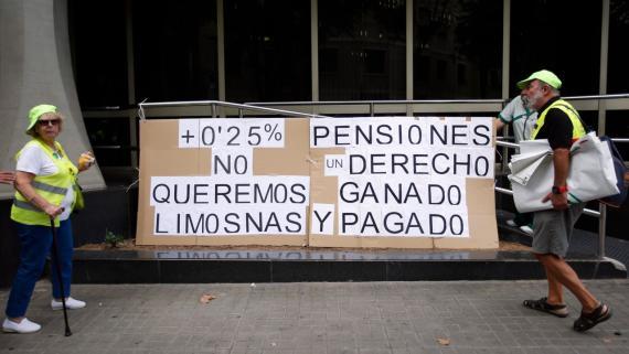 Dos jubilados en una protesta a favor de la revalorización de las pensiones