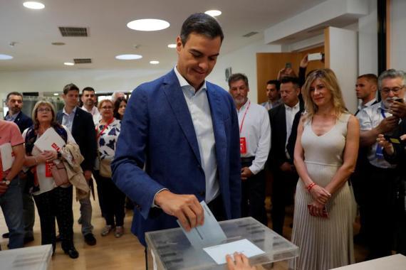 Pedro Sánchez, presidente del Gobierno en funciones  votando en las elecciones al Parlamento Europeo en Pozuelo de Alarcón, fuera de Madrid, España, el 26 de mayo de 2019.