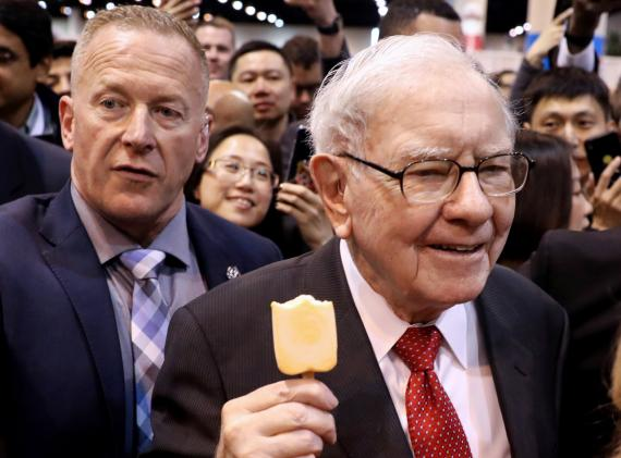 El inversor Warren Buffett se toma un helado antes de acudir a la junta general de accionistas de Berkshire Hathaway.