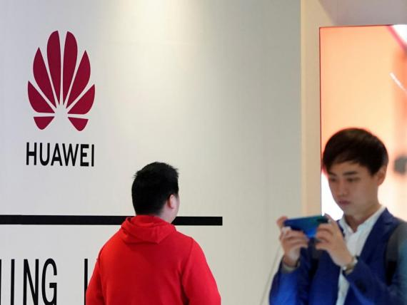 Móviles de Huawei en un centro comercial de Shanghai.