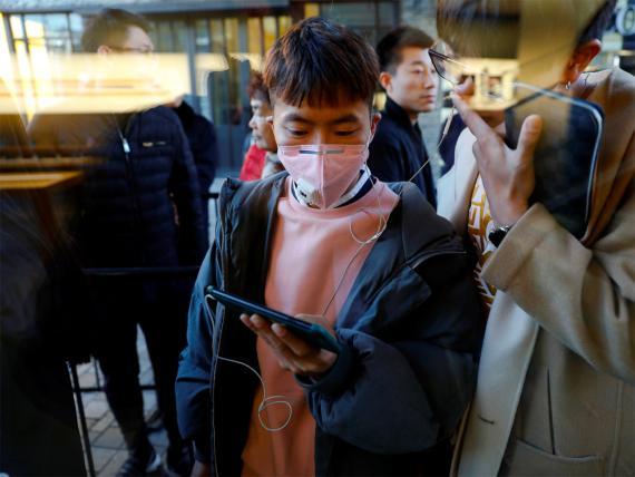 Clientes esperando para comprar el iPhone X en una Apple Store en Pekín.