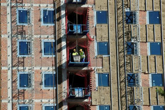 Unos obreros en la construcción de un bloque de pisos en Barcelona.